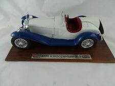 1:18 Bburago #3508 Alfa Romeo 2300 Spider weiß/blau  auf Holzplatte