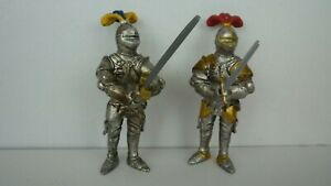 2 Schleich fully armoured foot knights with raised 2 handed sword