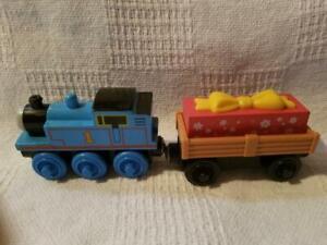 Thomas Wooden Present Cargo Car/NEW/RETIRED