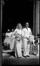 Mariage couple parvis de l'église militaire  - Ancien négatif photo an. 1930