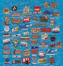 BEAU LOT DE 50 PIN'S RADIO MEDIA RTL NRJ SKYROCK EUROPE 1 FUN NOSTALGIE RMC ++++