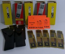 Konvolut: Fünf Addiator Uni-Lux Messing mit Lederetui ca 1970, fabrikneu, alt