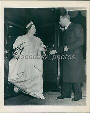 1949 King George Assists Queen Elizabeth Original News Service Photo