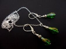 A SILVER PLATED GREEN TEARDROP CRYSTAL NECKLACE & LEVERBACK HOOK EARRING SET.