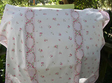 Yuwa Pink Himbeere Rosen Rosen auf weiß mit Kränzen von Rosen