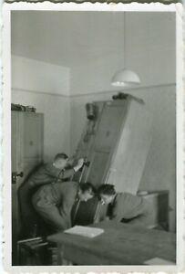 Photo allemande guerre WW2 -- 3 soldats allemands descendant une armoire du lit