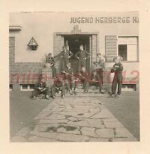 Foto, Jugend, Bann 153, DJH Harzgerode - Stiefel putzen v.d. Herberge; 5026-145