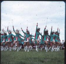 Grande diapositive photo an. 1970 - jeunes femmes Majorettes à un festival