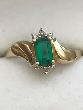 BEAUTIFUL 10K SOLID YELLOW GOLD EMERALD WITH TINY NATURAL DIAMONDS RING