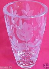 Joli vase en cristal taillé lourd décor feuillage