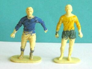 2 x AIRFIX SOLDIERS. 1/32 FOOTBALL PLAYERS PLASTIC FIGURES. ORIGINAL ISSUE