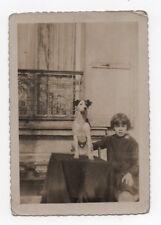 PHOTO ANCIENNE Snapshot Chien Dog ANIMAL 1933 Portrait Assis Petite fille Table