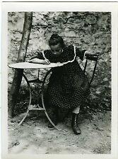 PHOTO snapshot beau portrait d'une enfant qui écrit extérieur jardin CA 1910