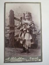 Kassel - stehendes Mädchen mit Spielzeug - Reifen Kleid Zöpfe / CDV