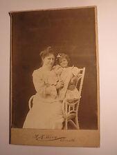 Korinth - Frau & Mädchen auf einem Stuhl / KAB