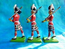BRITAINS - 3 soldats écossais au défilé (parements jaunes).