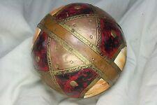 Bola con incrustaciones de madera, piel y latón. Hindú