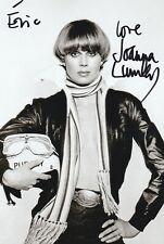 """Autographe Original: JOANNA LUMLEY / """" Chapeau melon et Bottes de cuir """"."""