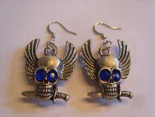 Ohrringe mit silberfarbenem Totenkopf aus Edelstahl mit blauen Strass Augen 4327
