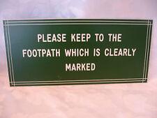 Veuillez garder à l'trottoir qui est clairement marqué Gate ou Montage Mural Signe