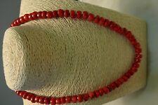Collier corail rouge foncé teinté . Perles irrégulières . Longueur : 50 cm