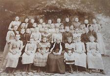 Photographie ancienne école de jeune fille avec vieille femme en coiffe Costume