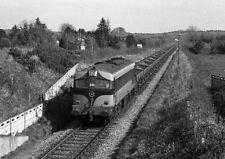 PHOTO  1975 ORE TRAIN PASSING KILMASTULLA CIE 001 CLASS LOCOMOTIVE NO. 044 HAULS