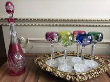 6 verschillende kleuren kristal glazen met rood karaf Val St Lambert