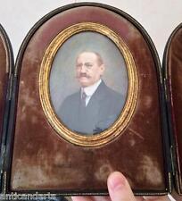 Beau Coffret Miniature homme moustache signé MJ van Dormael ?