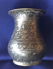Vase ancien en métal Damasquiné Proche ou Moyen-Oriental, Signature au-dessous.