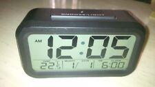 Reloj despertador digital negro con temperatura y fecha Reino Unido Publica Gratis