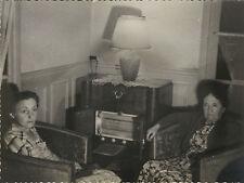 PHOTO ANCIENNE - VINTAGE SNAPSHOT - CURIOSITÉ SALON RADIO INTÉRIEUR MUSIQUE