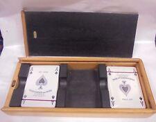 Jugando a las cartas Juego Póker con la caja Contenedor De Madera Multa Coruna