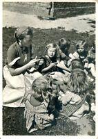 """uralte AK, Reichsarbeitsdienst, die Arbeitsmagd als """"Tante"""" im Kindergarten"""