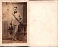 Militaire en uniforme, épée et képi à plumes, circa 1870 CDV vintage albumen -