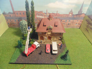 Modelqueen oo gauge diorama,busy town hallwith lights vehicles trees  and people