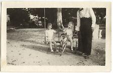 Petits garçons vélo balançoire - photo ancienne amateur an. 1950