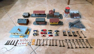 Lot of 8 N Scale Buildings Plus Cars Street Lights Signs Vehicles