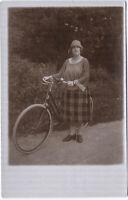 Zu allem entschlossene Radfahrerin, Original-Photo von 1925