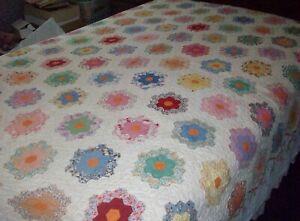 """Vintage Handmade Flower Garden Scalloped-Edge Quilt, 72"""" x 82"""", VG+++"""