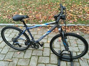 Giant Boulder mountain bike mens blue bicycle Medium