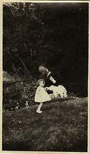 PHOTO ANCIENNE - VINTAGE SNAPSHOT - CURIOSITÉ ENFANT POUPÉE ÉTRANGE - DOLL TOY