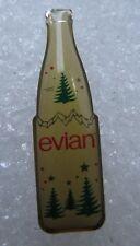 Pin's Bouteille d'eau Minérale EVIAN décor fête #2085