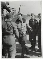Flugzeugführer melden sich zurück. Orig-Pressephoto, von 1944