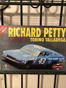 POLAR LIGHTS 1969 East Tenn Mtrs Ford Torino #43 Richard Petty HTF (white)