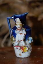 Pierrot ou enfant sur petit pichet en porcelaine, vase, miniature.