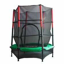 Jeux et activités de plein air verts avec trampolines