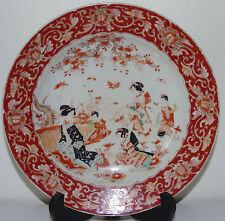 Japon - Assiette en porcelaine à décor de personnages. XIXe s. Signée
