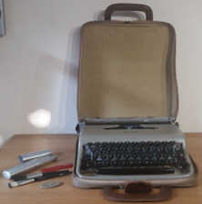 Olivetti Lettera 22 Vintage Rare Portable Typewriter with Case and Accesories Gr