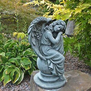 Sitzender Stein Engel auf Kugel Schutzengel Skulptur Steinguss frostsicher